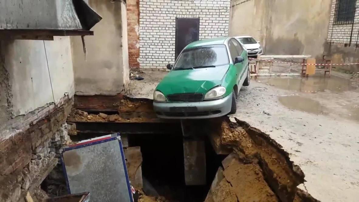 Россия: Провал грунта образовался во дворе многоквартирного дома в Волгограде