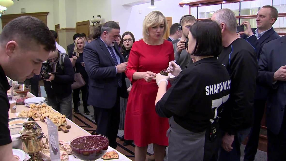 Россия: Захарова угостила журналистов блинами