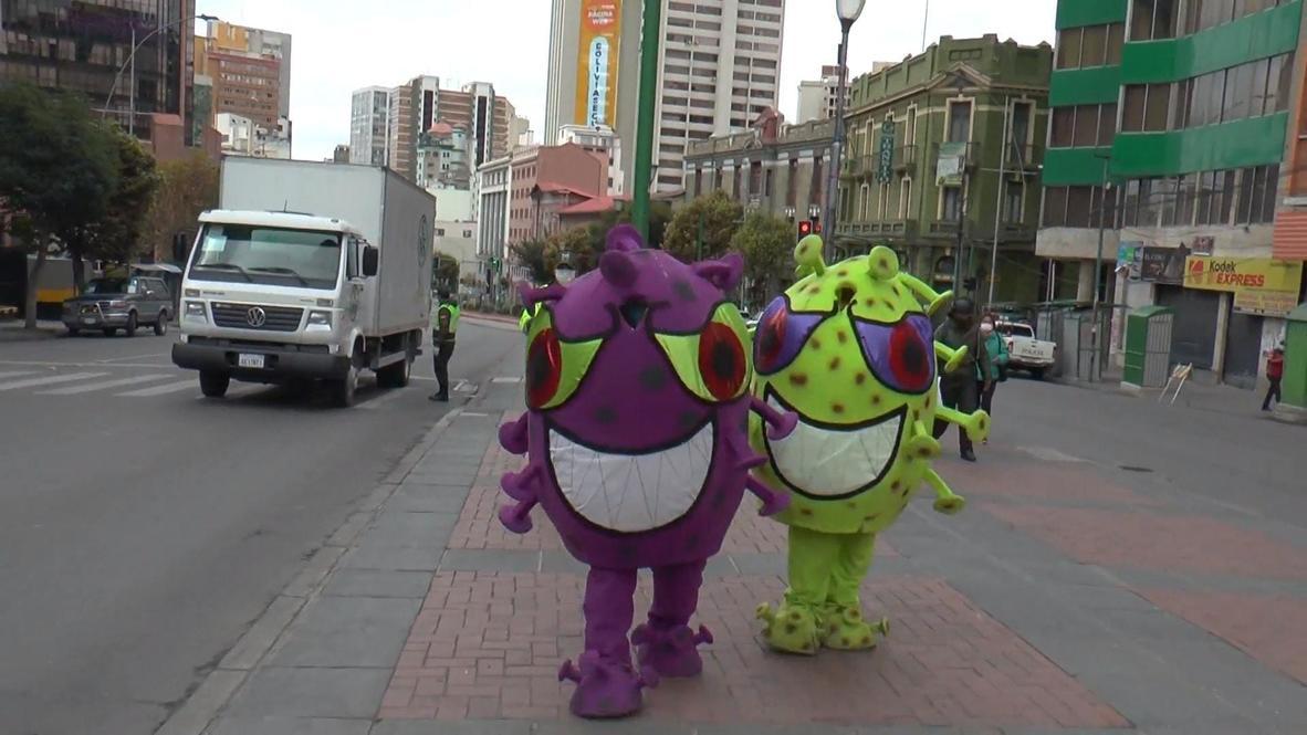 """بوليفيا: الشرطة تتنكر على هيئة """"فيروس كورونا"""" لتوعية الناس بمخاطر الجائحة المحدقة بهم"""