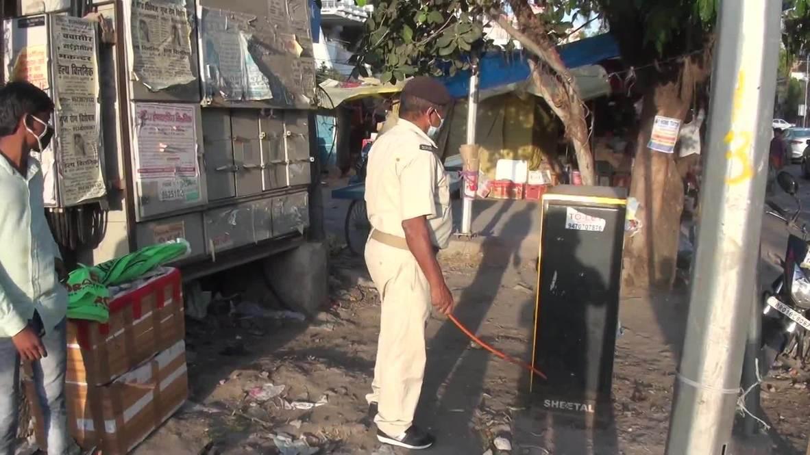 India: La policía usa palos contra los locales para hacer cumplir las medidas contra el coronavirus