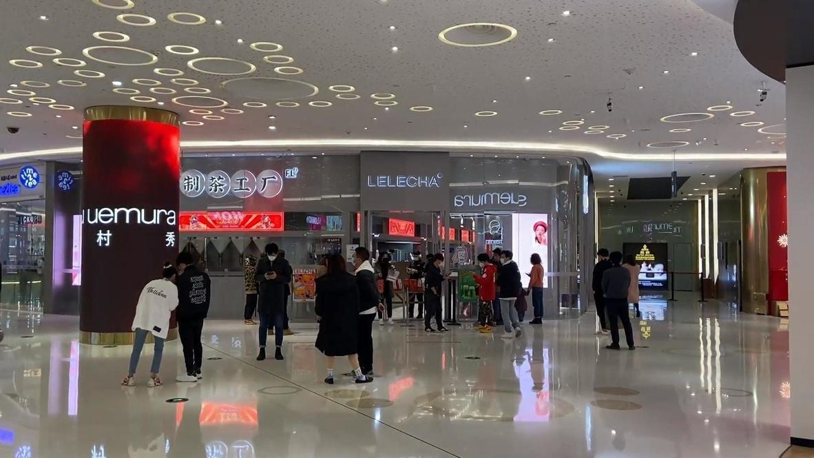 الصين: سكان ووهان يتعاملون بحذر مع إعادة افتتاح مراكز التسوق