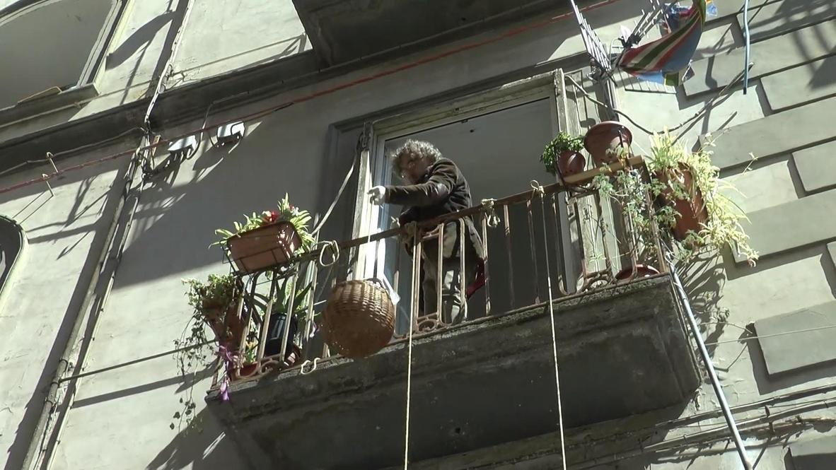 """إيطاليا: في مبادرة لإطعام المحتاجين في نابولي.. سِلال معلّقة كتب عليها """"من لديه فليضع ومن ليس لديه فليأخذ"""""""