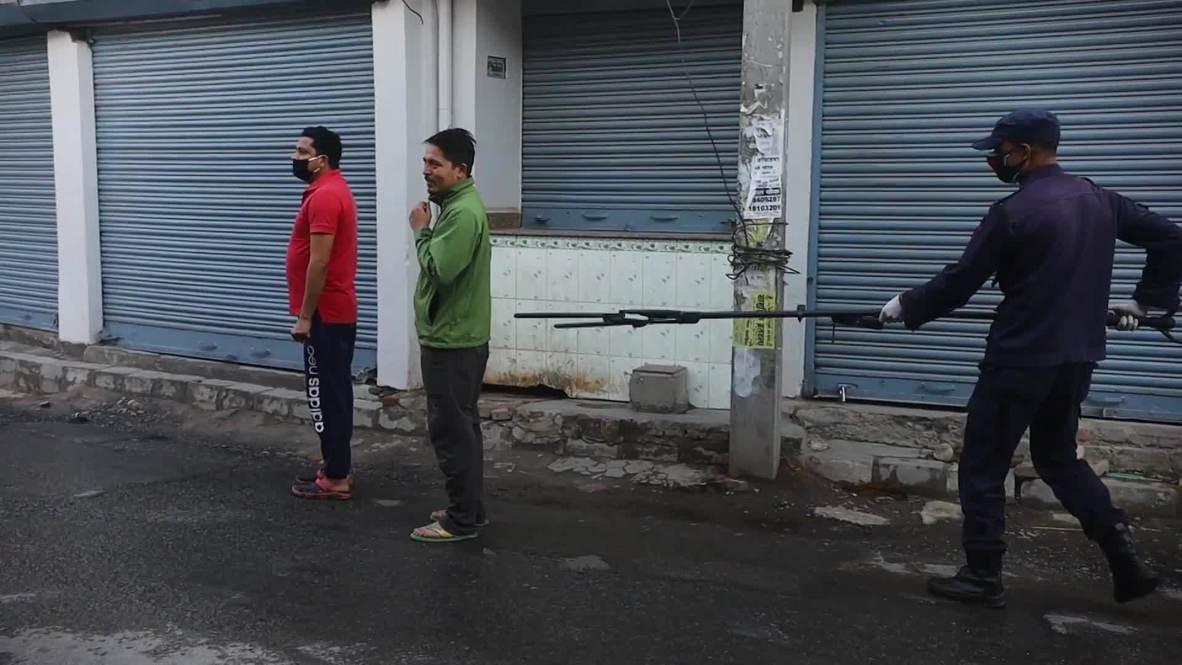 Nepal: Policía utiliza 'pinzas de distanciamiento social' para detener a los infractores de la cuarentena