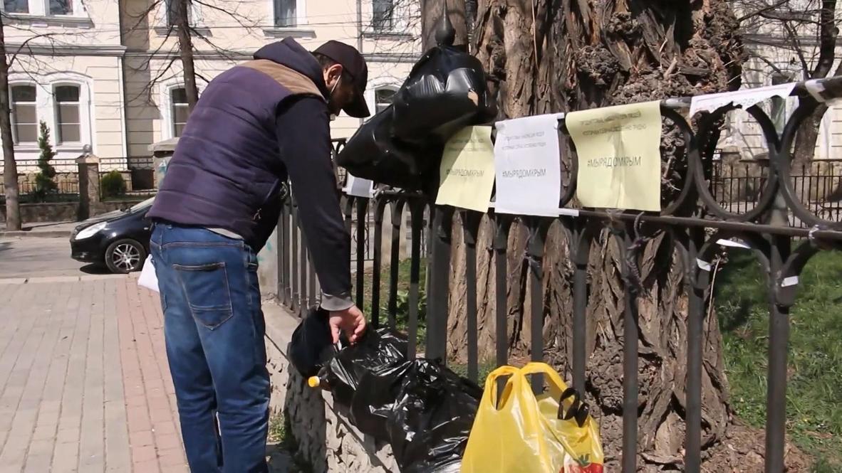 Rusia: Voluntarios de Crimea reparten comida entre los residentes durante la pandemia de COVID-19