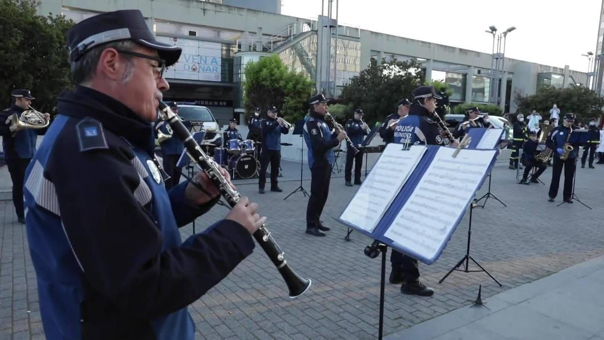 España: Policías homenajean a los sanitarios tocando la canción 'Resistiré' frente a un hospital