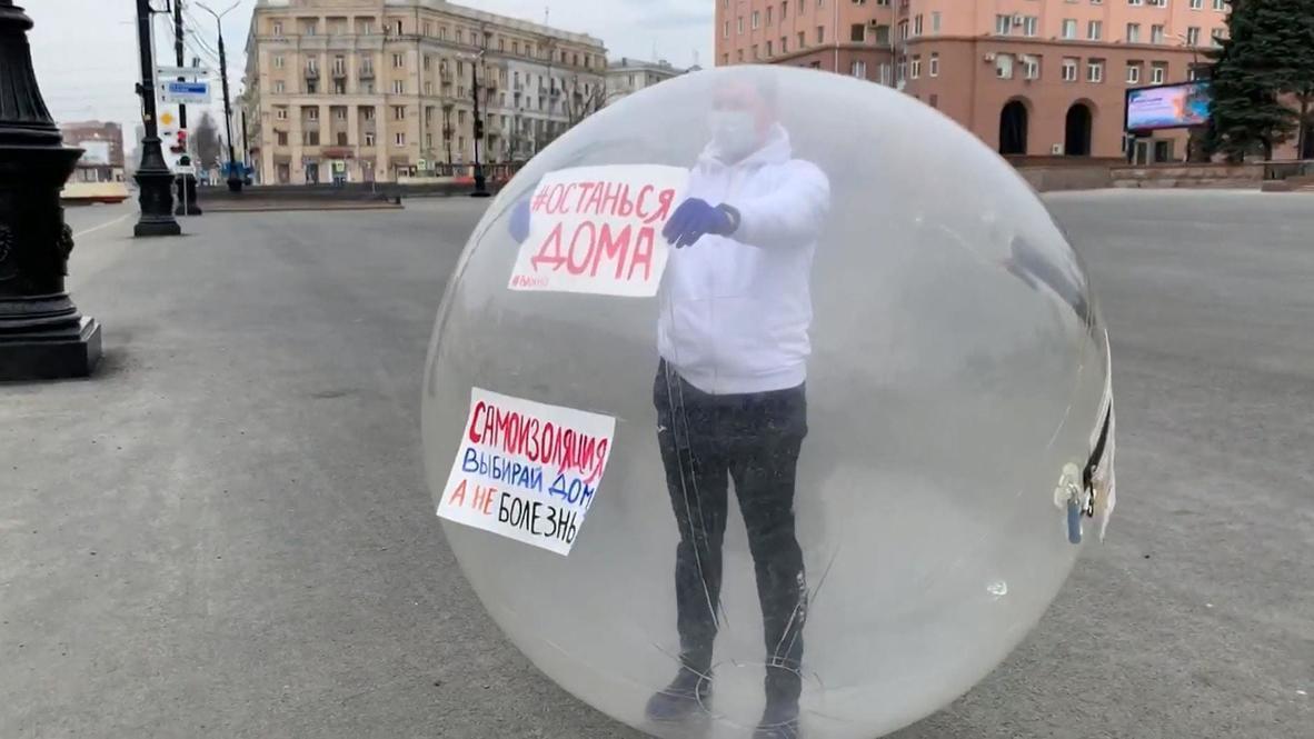 Вертись, как хочешь. Активист в резиновом шаре призывает челябинцев самоизолироваться