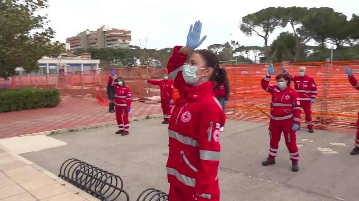 إيطاليا: متطوعون من الصليب الأحمر يقومون بتسلية الأطفال باستخدام رقصات فلاش موب