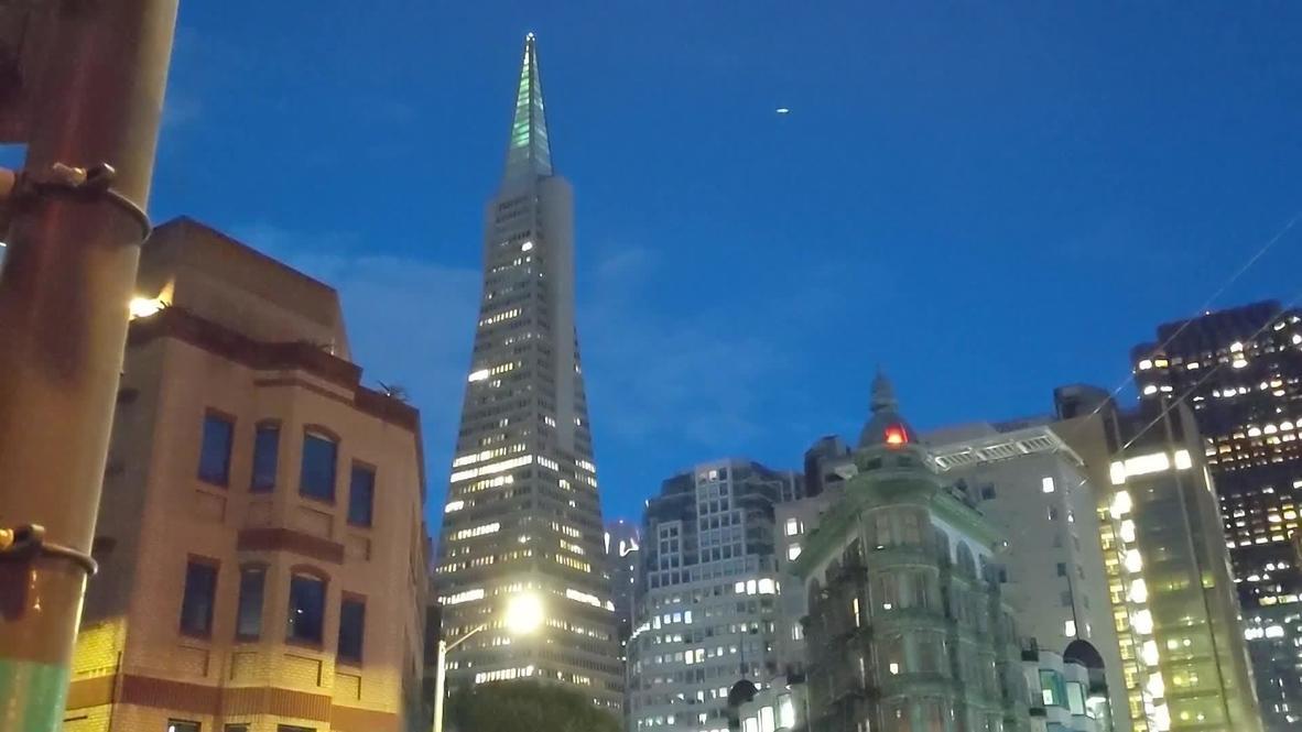 الولايات المتحدة الأمريكية: إضاءة ناطحة سحاب في سان فرانسيسكو تكريما للعاملين في مجال الرعاية الصحية