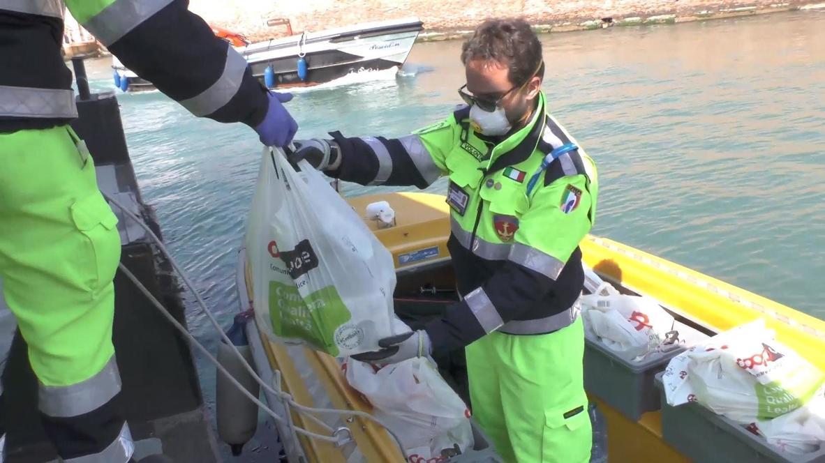 Италия: Сотрудники службы гражданской обороны Венеции доставляют продукты пожилым людям во время карантина