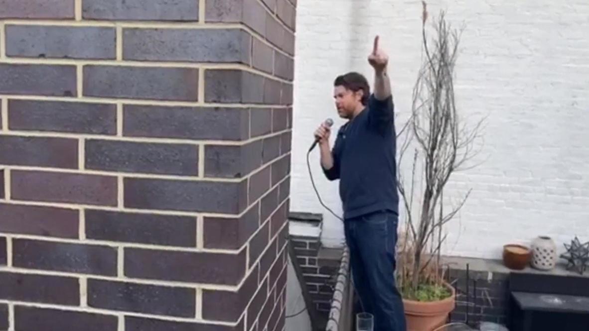 الولايات المتحدة الأمريكية: سكان نيويورك ينشدون أغنية فرانك سيناترا الشهيرة من شرفات منازلهم