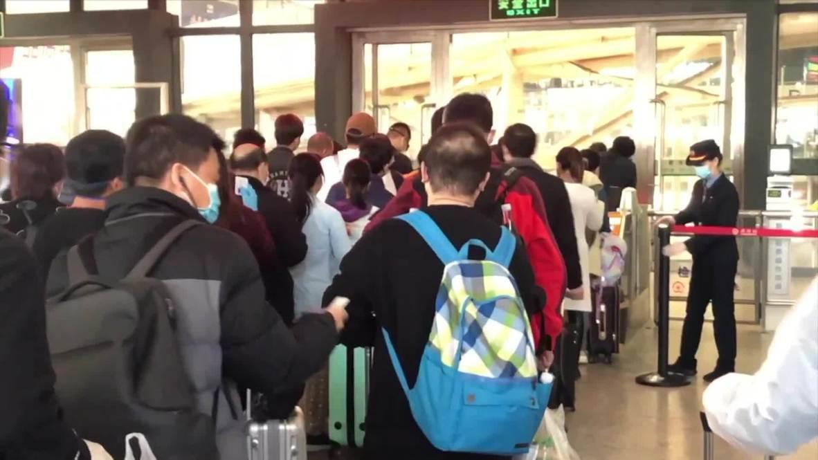 الصين: المسافرون يتدفقون إلى محطات القطار في ووهان بعد رفع قيود السفر