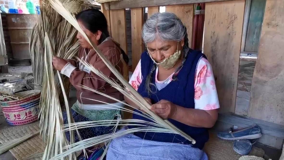 México: Artesanas indígenas elaboran mascarillas a partir de hoja de palma en Oaxaca