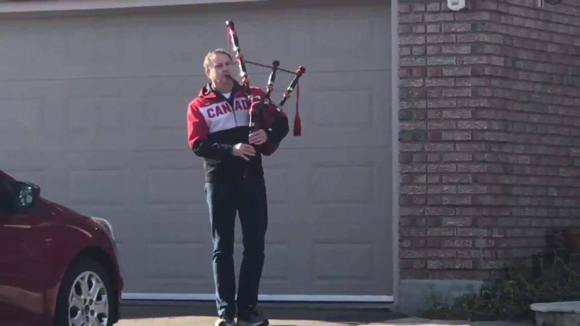 Canadá: Hombre toca la gaita para honrar a las víctimas fatales de tiroteo en Nueva Escocia