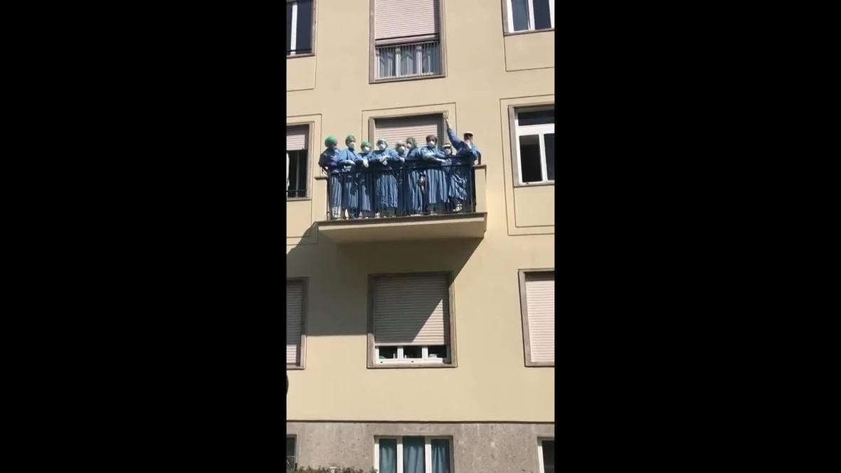 Italia: Trabajadores de limpieza celebran el alta de los últimos pacientes de covid-19 en el Policlínico de Monza