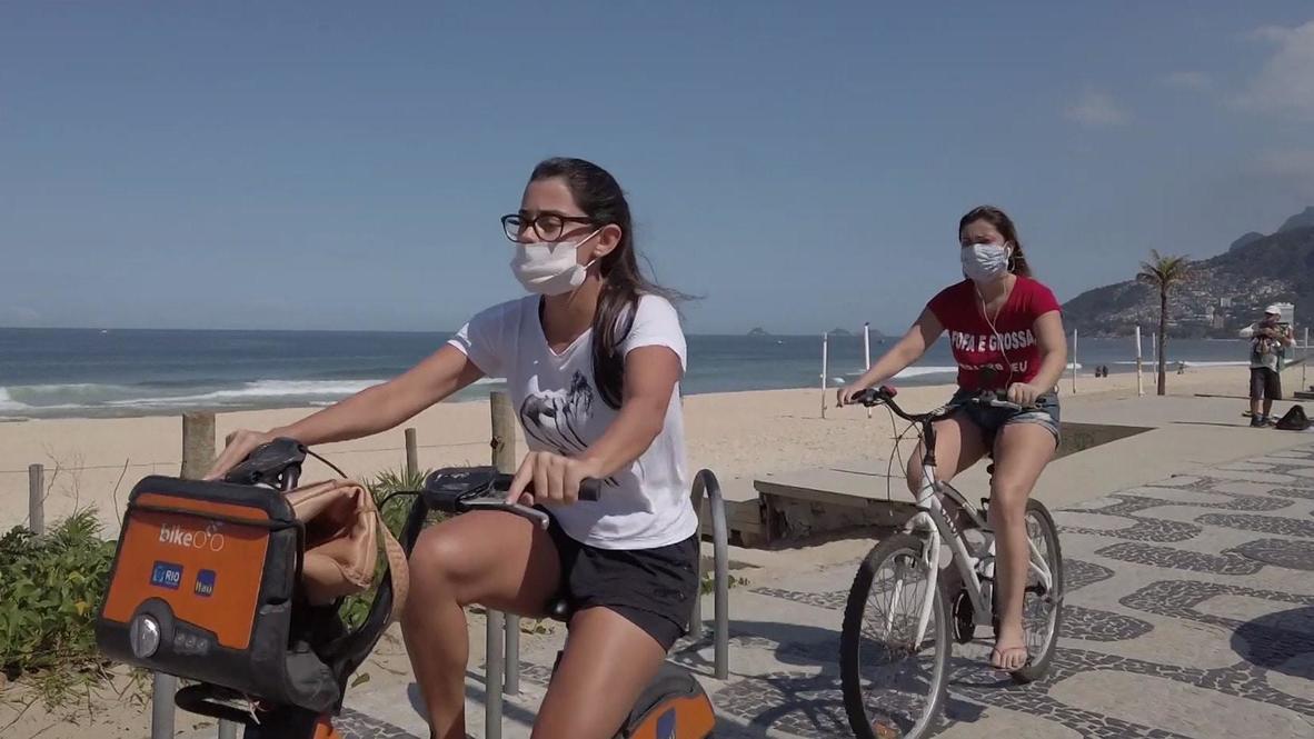 سكان كوباكابانا يستمتعون على شاطئ البحر مع الالتزام بارتداء أقنعة الوجه