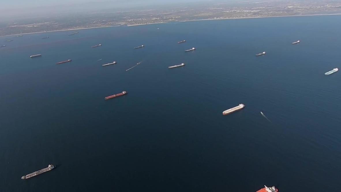 الولايات المتحدة الأمريكية: العشرات من ناقلات النفط تنتظر تفريغ حمولتها في ميناء لونغ بيتش – لقطات جوية