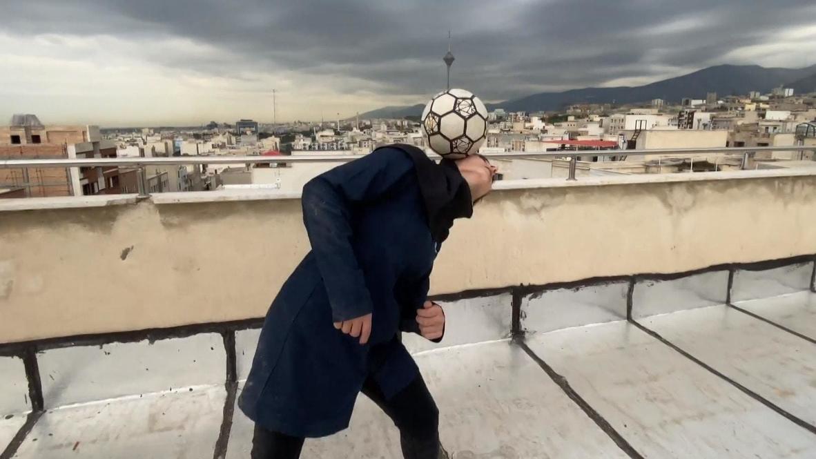 Иран: Облаченная в хиджаб девушка-фристайлер показала трюки на крыше здания в Тегеране