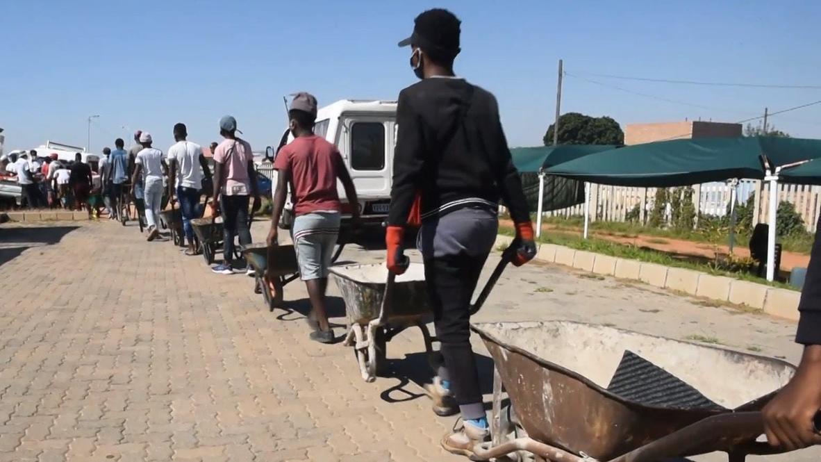 Sudáfrica: Residentes locales entregan alimentos a los más necesitados con un sistema de carretillas