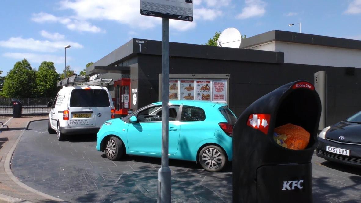 Reino Unido: Clientes hacen largas filas en restaurantes de comida rápida que reabren tras el confinamiento