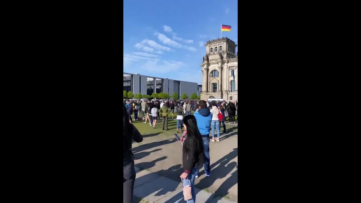 Alemania: Cientos de manifestantes contra el confinamiento por covid-19 protestan frente al Parlamento