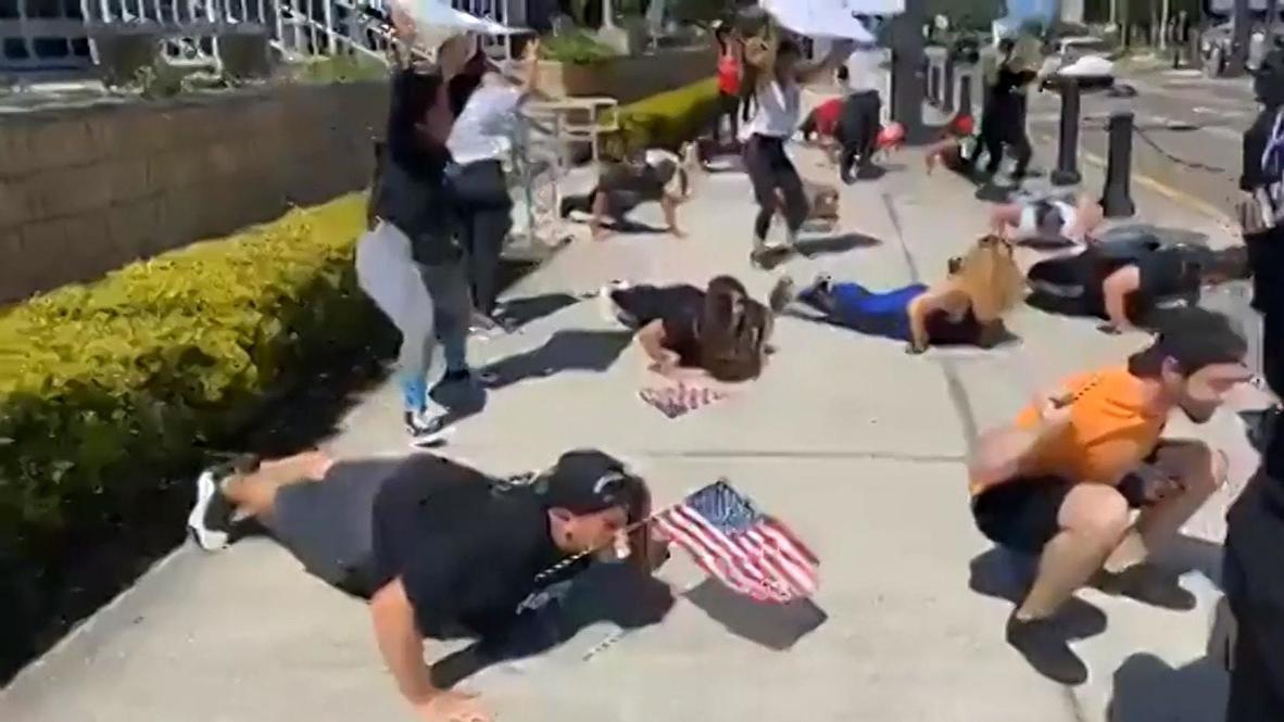 EE.UU: Manifestantes de Florida hacen flexiones para exigir la reapertura de los gimnasios