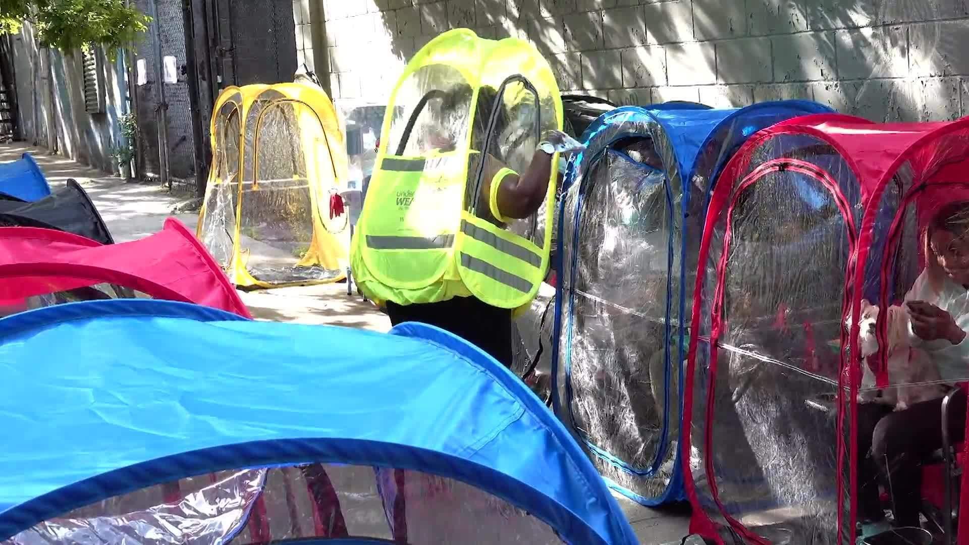Patuhi Physical Distancing, Warga Kota New York Berpesta dalam Tenda Kecil