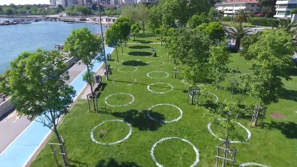 """تركيا: منتزه في إسطنبول يرسم حلقات """"التباعد الاجتماعي"""" لحماية زواره من كورونا"""