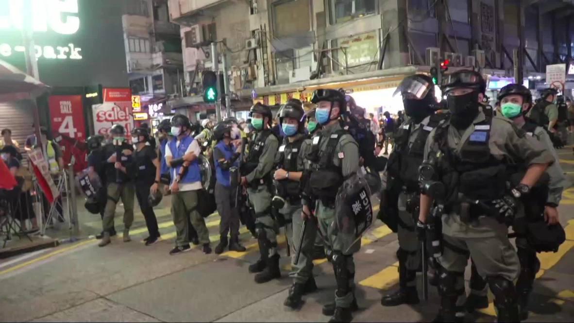 هونغ كونغ: استمرار الاحتجاجات والاشتباكات بين المتظاهرين ورجال الشرطة بعد اعتقال المئات