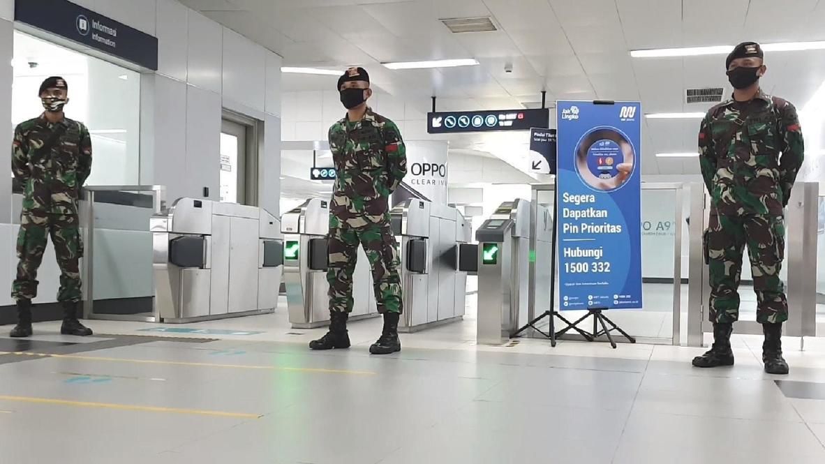 إندونيسا: الجيش ينتشر في محطات مترو العاصمة جاكرتا لفرض إجراءات النظافة والسلامة الجديدة