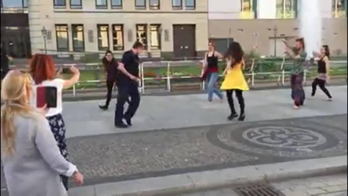شاهد.. شرطي ألماني يستعرض مواهبه وسط برلين برقصة مايكل جاكسون