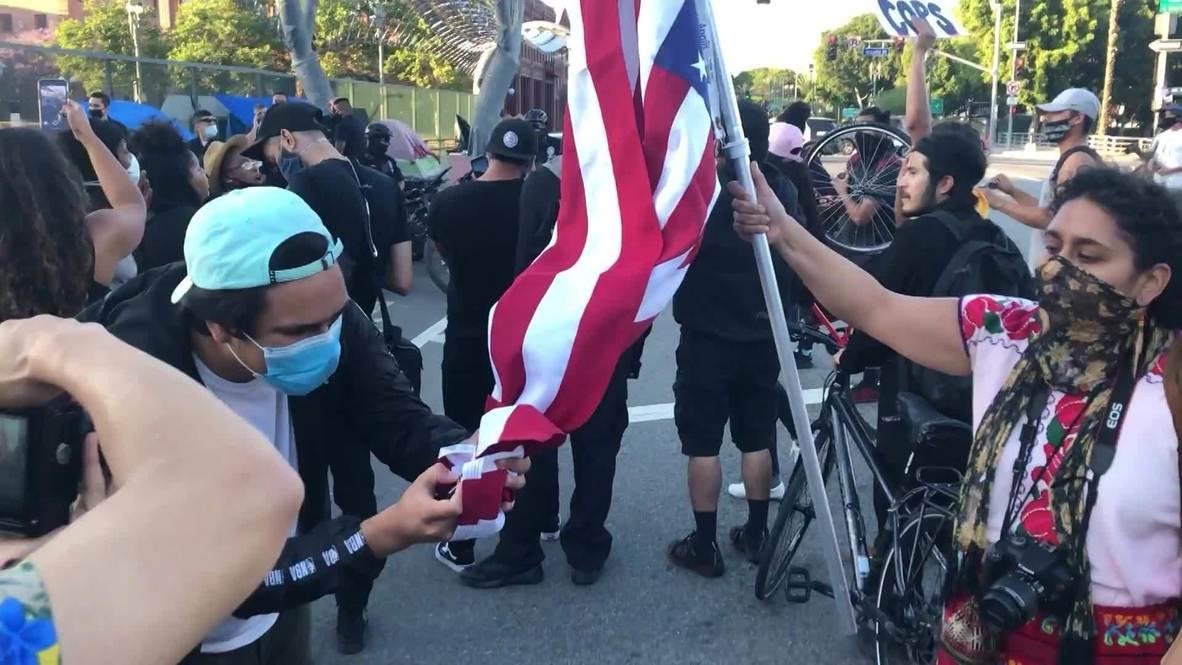 الولايات المتحدة الأمريكية: متظاهرون في لوس أنجلوس يحرقون العلم الأمريكي احتجاجا على مقتل جورج فلويد