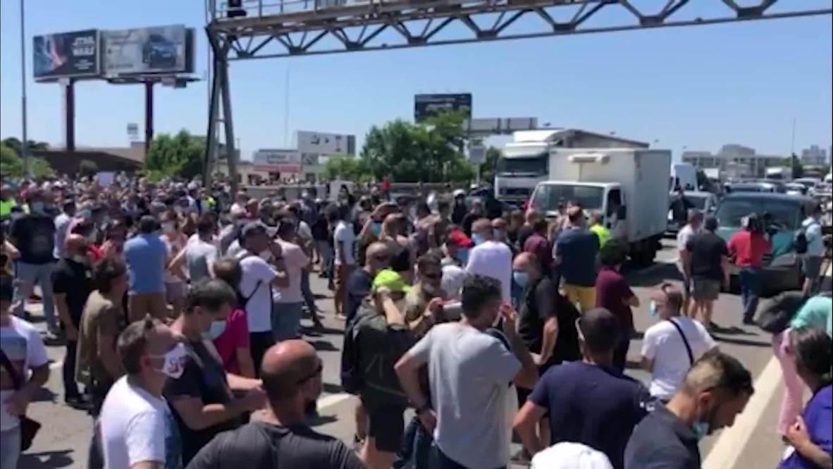 España: Trabajadores protestan frente a la sede de Nissan de Barcelona tras el anuncio de su cierre