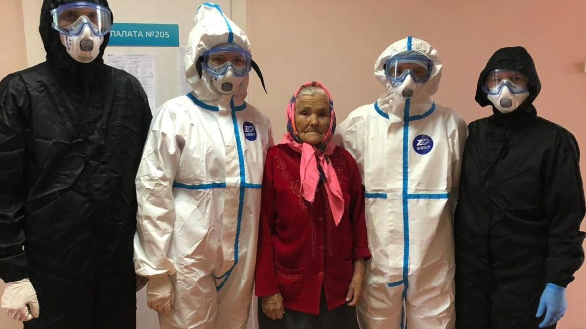 Россия: Победившую коронавирус 90-летнюю бабушку выписали из больницы в Красноярске
