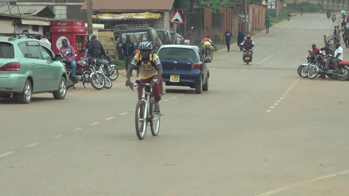 أوغندا: متطوع يقطع عشرات الكيلومترات على دراجته لتوصيل الأدوية لمرضى نقص المناعة المكتسبة في ظل الإغلاق