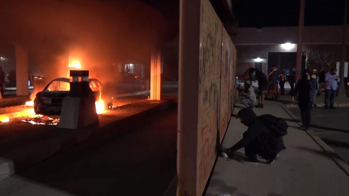 США: В Миннеаполисе продолжаются беспорядки: протестующие грабят здания и устраивают пожары