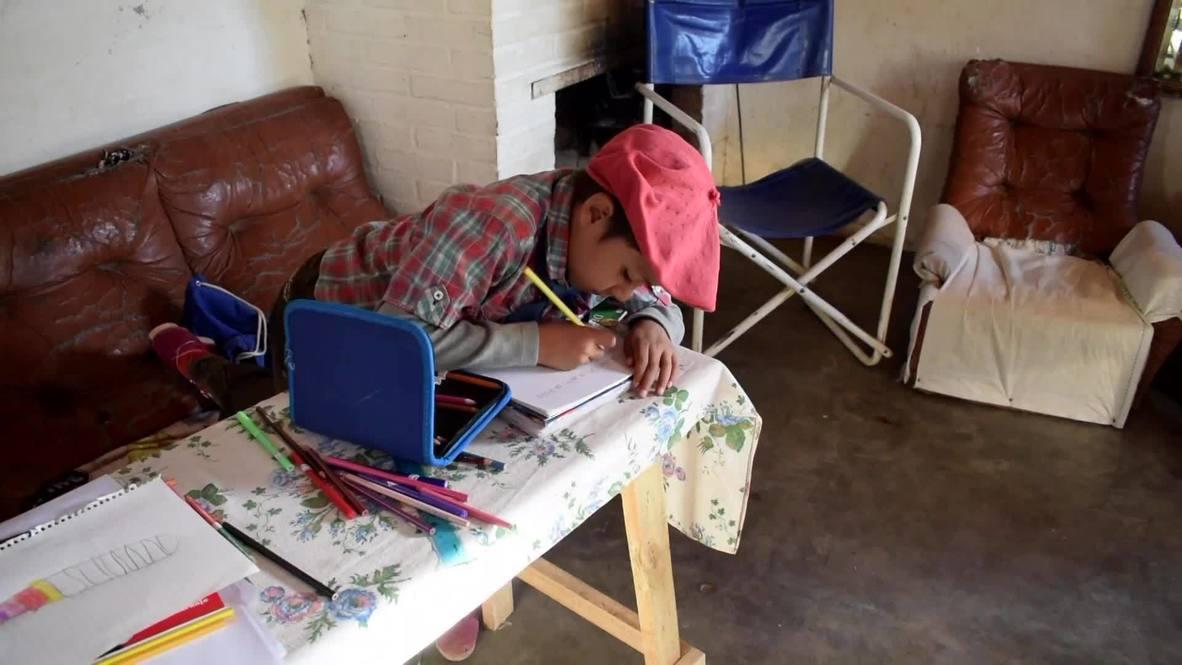 طفل أرجنتيني يقطع مسافة 30 كم يومياً لمواكبة تعليمه مع معلمته