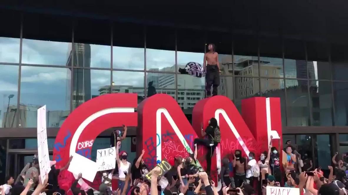 EE.UU.: Manifestantes asedian la sede de la CNN en Atlanta y vandalizan su logotipo
