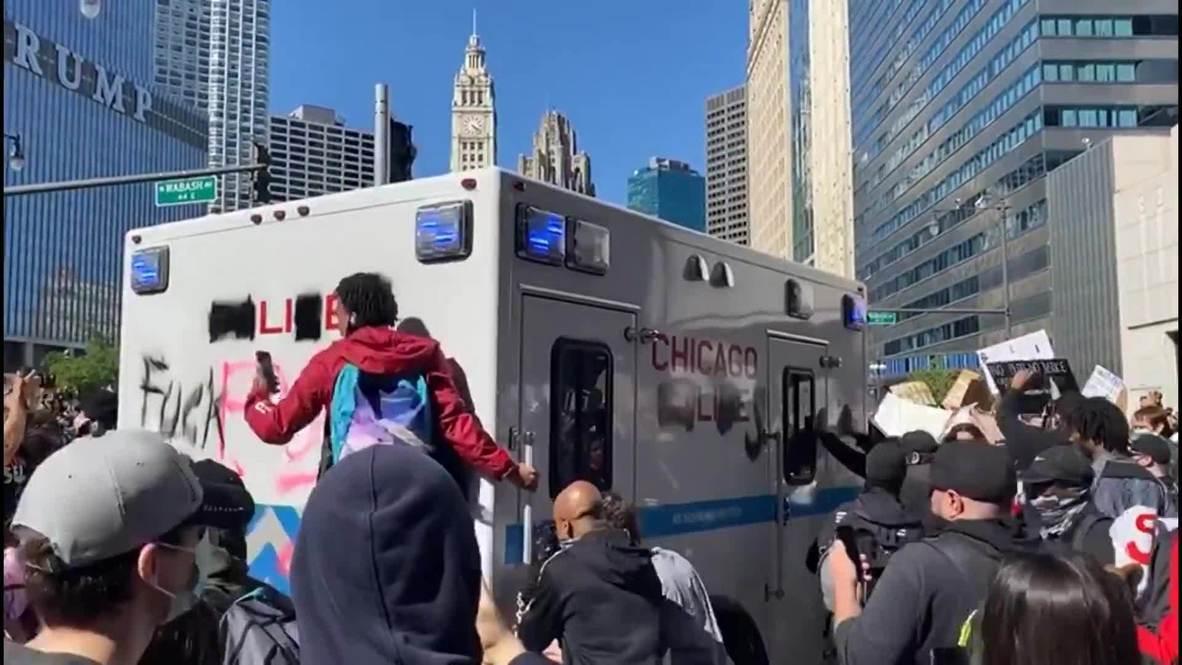 الولايات المتحدة الأمريكية: متظاهرون يهاجمون مركبة شرطة خلال احتجاج قرب برج ترامب في شيكاغو