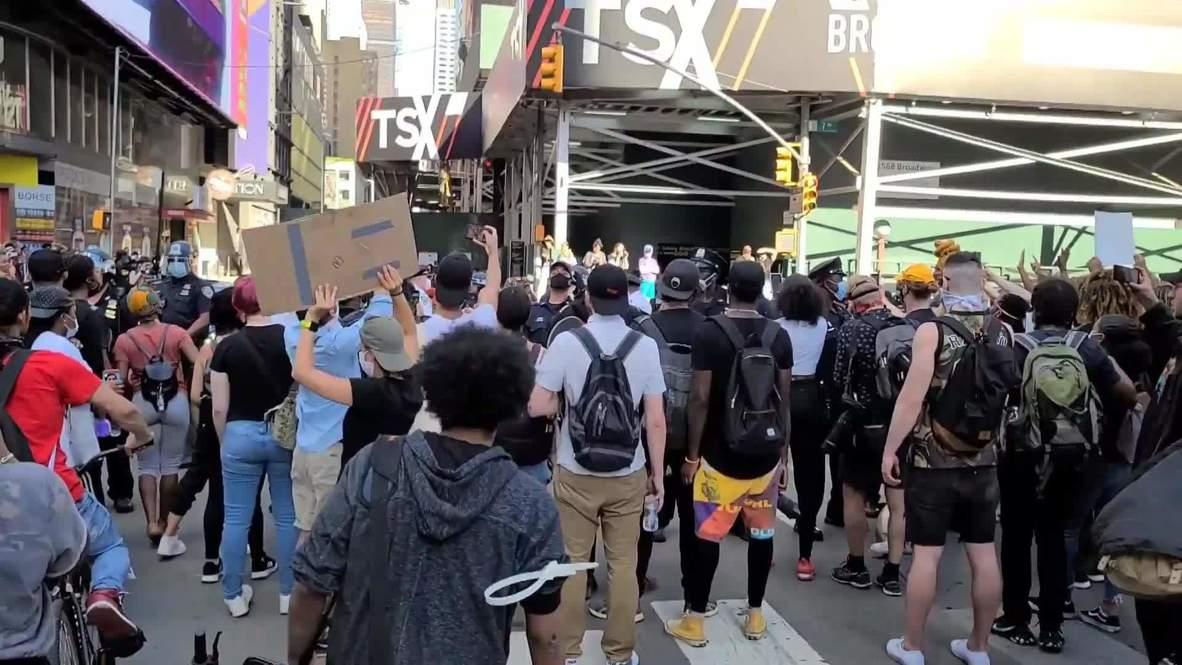 """الولايات المتحدة الأمريكية: اعتقال عدد من الأشخاص بعد وصول احتجاجات جورج فلويد إلى ميدان """"تايمز سكوير"""" في نيويورك"""