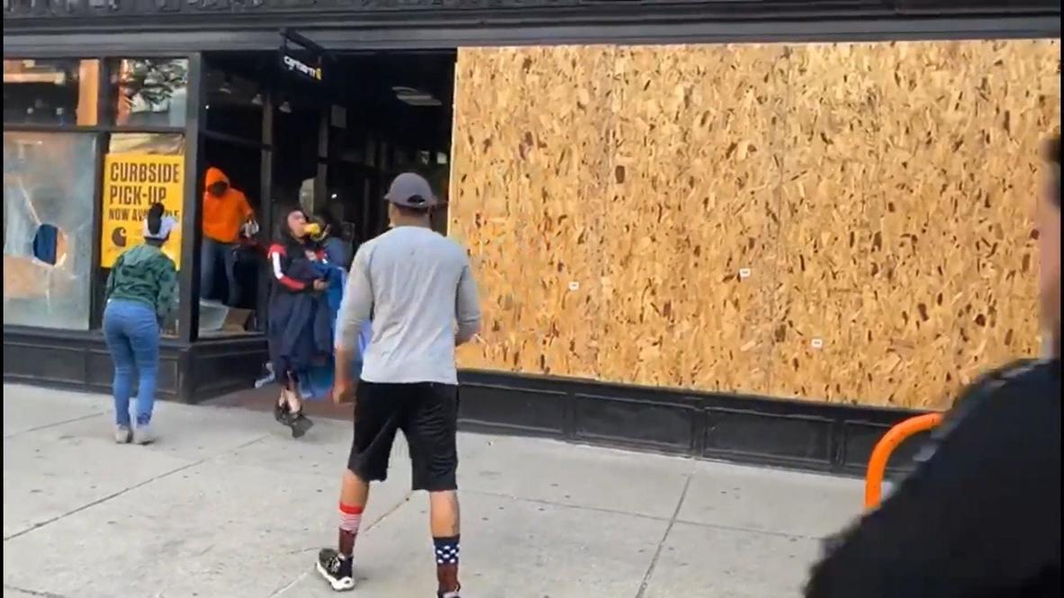 الولايات المتحدة الأمريكية: أعمال النهب تتواصل رغم إغلاق أصحاب المتاجر أعمالهم في شيكاغو