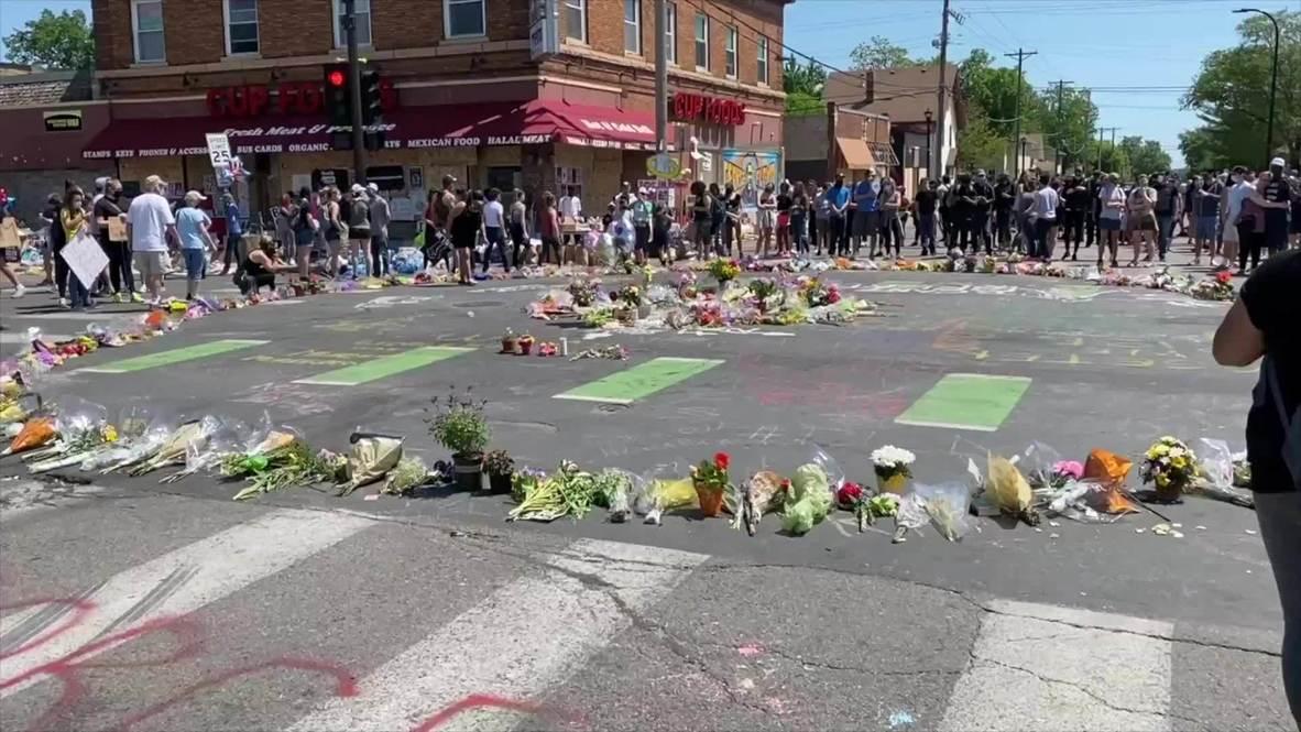 США: Жители Миннеаполиса несут цветы к месту задержания Джорджа Флойда