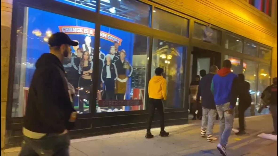 الولايات المتحدة الأمريكية: اللصوص ينهبون متجر أديداس في شيكاغو مع استمرار اضطرابات فلويد