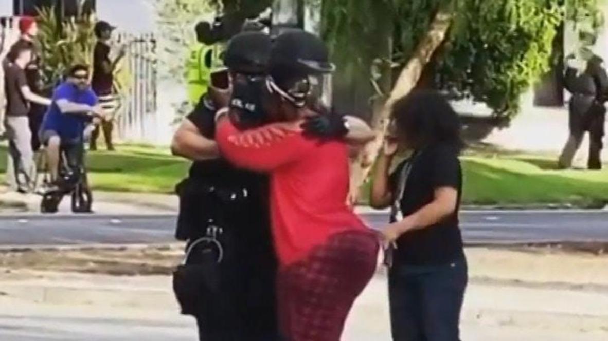 EE.UU.: Manifestante abraza a un policía durante una manifestación cerca de Los Ángeles