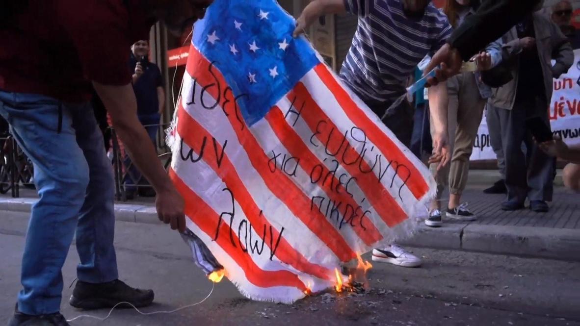 اليونان: متظاهرون يحرقون العلم الأمريكي خارج مبنى القنصلية خلال مظاهرة داعمة لجورج فلويد