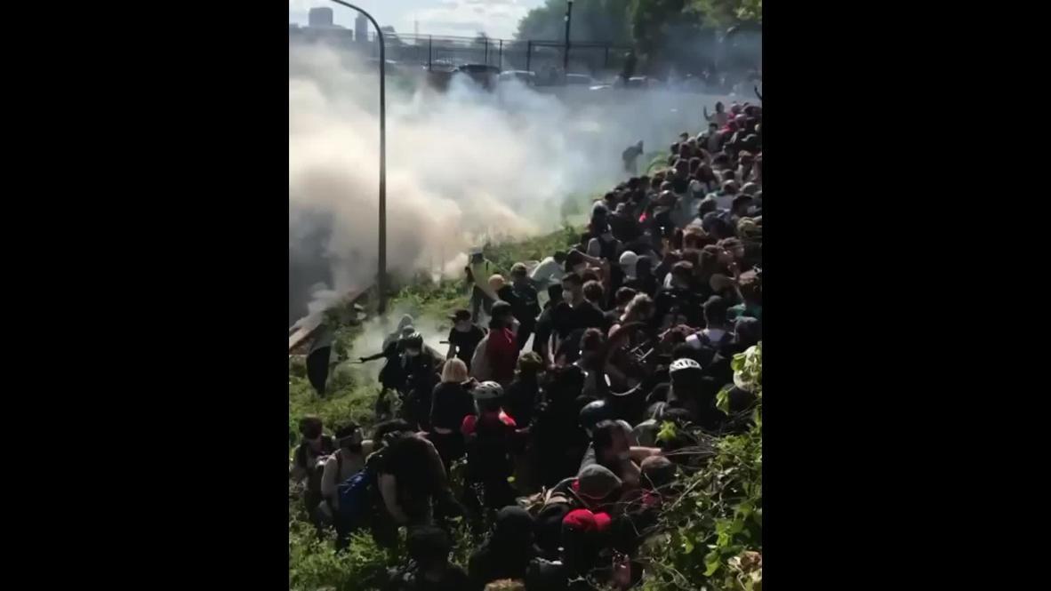 США: Полиция разогнала протестующих слезоточивым газом в Филадельфии