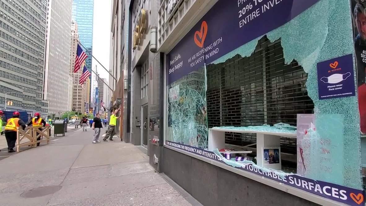 США: Витрины в магазинах Манхэттена забивают фанерой после ночных бесчинств
