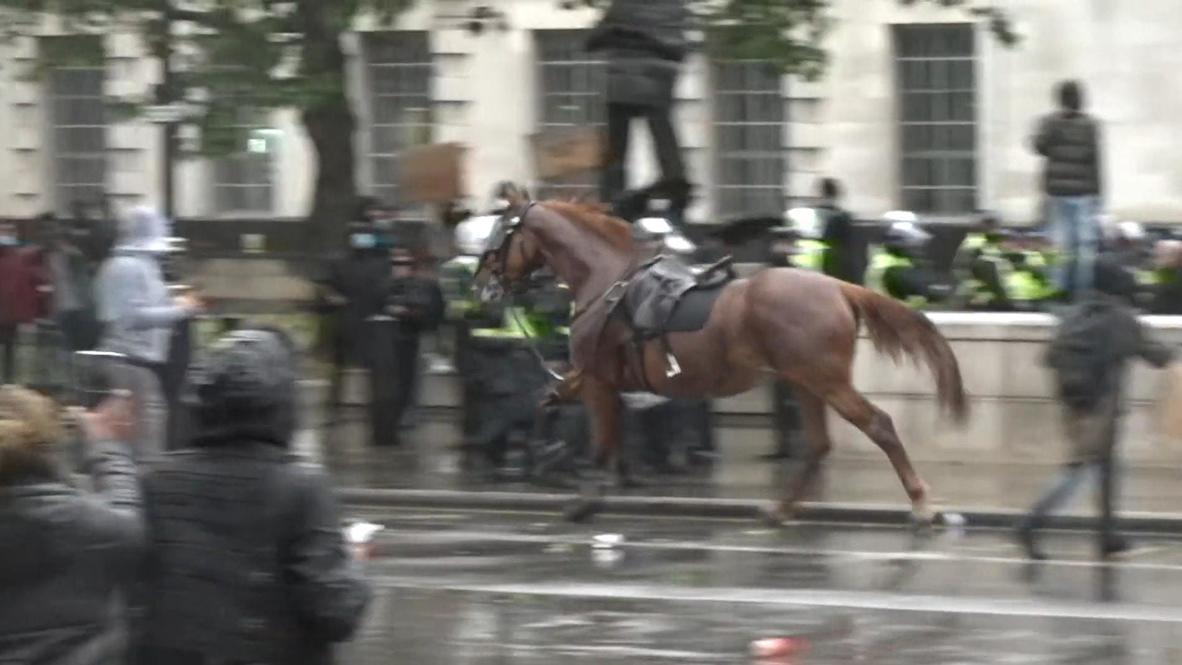 المملكة المتحدة: حصان شرطة يندفع نحو حشد من الناس مع اندلاع الفوضى في مظاهرة بلندن ضد للعنصرية