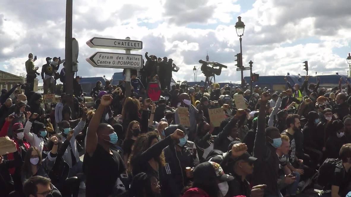 Франция: Жители Парижа выступили против расизма и жестокости полиции на Площади Согласия