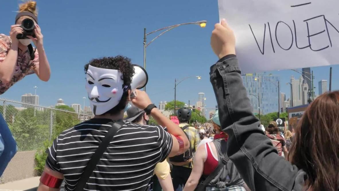 """США: """"Держите свои мерзкие колени подальше от наших шей"""". Антирасистская акция протеста прошла в Чикаго"""