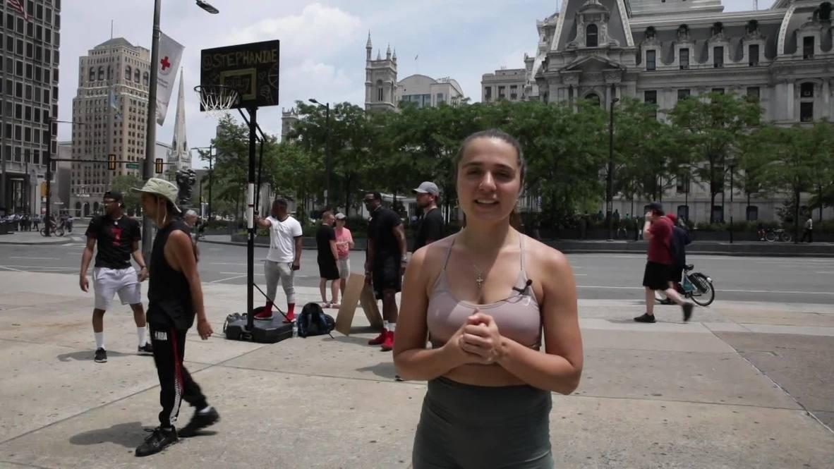Спорт вместо протестов. Девушка из Филадельфии приглашает поиграть в баскетбол у здания ратуши